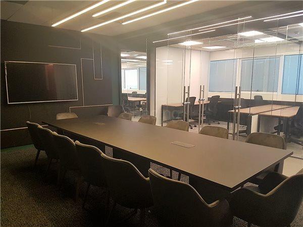 חדר ישיבות גדול
